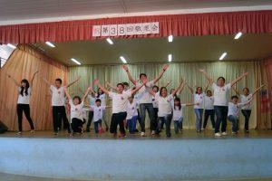 会場を盛り上げる日語学校生徒の発表