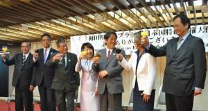 日系諸団体共催の送別会に訪れ、笑顔で乾杯する梅田大使夫妻(中央)