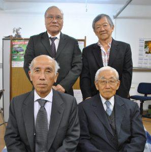 先祖供養と来場を呼びかけた福澤会長(前列左)ら