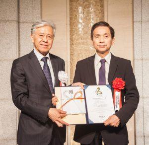 授賞式に出席した立花理事長(右)(基金提供)