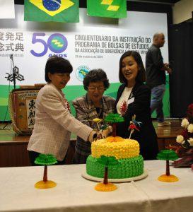 ケーキカットする女性陣。左から関口ひとみ首席領事、高橋県人会長、県庁職員の久島章子さん