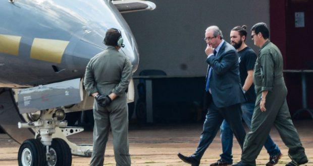 19日、逮捕後にクリチバに移送されるクーニャ氏(Wilson Dias/Agência Brasil)