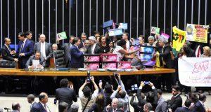 PECでは教育と医療の予算が削られると、反対署名の入った箱を積み上げて抗議する野党議員たち(Luis Macedo/Camara dos Deputados)