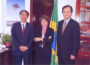 スエリ総長(中)と懇談した梅田大使(当時)。右は中前隆博総領事