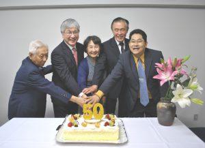 ケーキカットする(左から順に)3代目から日野7代目までの歴代主任牧師ら