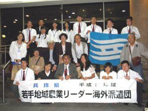県人会員と研修団で記念撮影