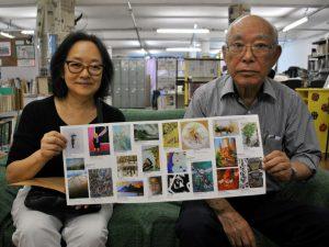 パンフットを手にするマチルデさん(左)と山田前会長