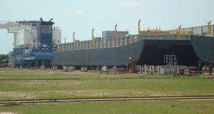 屋外船台で建造中の3千トン級バージ