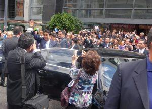 会場の外でも日系人の声援に手を振って応えた