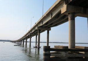 一行は船でパラナ川を遊覧し、グアイーラと南麻州を結ぶ3800メートルの橋の中間地点をくぐった。この橋のすぐ川下にセッチ・ケーダスがあっ