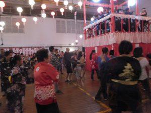 盆踊りを楽しむ参加者