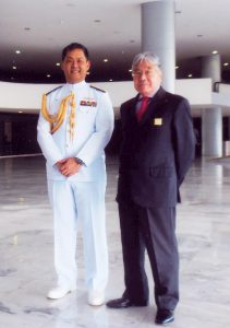 和田少将(左)と平崎会長