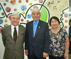 (左から)平崎会長、村上副会長、ことじさん