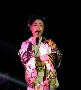 得意の歌謡芝居で観客を魅了した真木さん