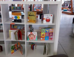 絵本コーナーに並ぶ日本語の絵本。日本語棚設置には未だ至らず