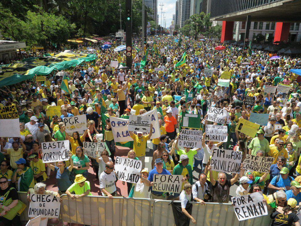 Vem Pra Rua街宣車の前(MASP側)に集まった群集
