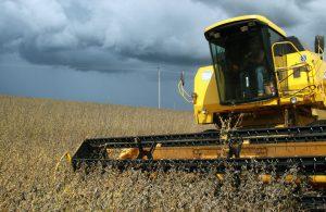 大規模農家の大豆収穫の様子(Foto: Jonas Oliveira, ANPr, 18/02/2011)