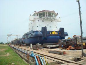 パラグァイ常石造船所で。進水間際の4千馬力級のプッシャーボート