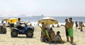 ビーチを警備する警察(Clarice Castro/GERJ)