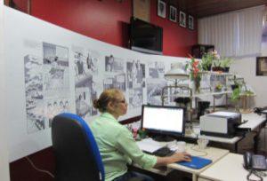 「Laboratorio Prof. Noguchi(野口研究所)」の壁面には漫画の野口伝が貼られている(写真=毛利さん提供)