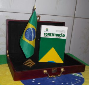 ブラジル国旗と1988年憲法(By Moacir Ximenes (Own work) [Public domain], via Wikimedia Commons)