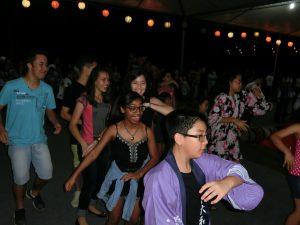 若い伯人を中心に人気のマツリダンス(16年11月、レジストロの灯籠流し)