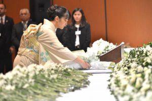 パラグアイの移民80周年式典で献花される眞子さま(Foto Claudio Kurita)