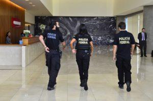 16年2月22日のLJ23弾でオデブレヒト社本社ビル内に入ったLJの捜査官達(Rovena Rosa/Agencia Brasil)