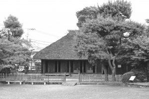 報徳記念館にある二宮金次郎の生家は茅葺きの屋根(松田さん提供)