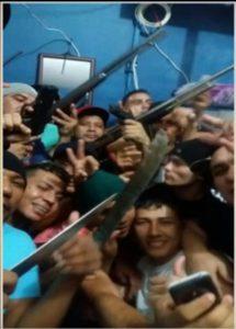 暴動中の刑務所で携帯を使って撮影され、公開された写真の一枚