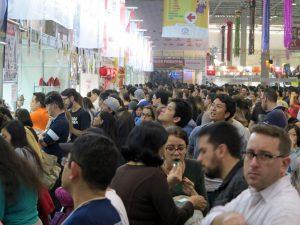 県人会の郷土食ブースにはたくさんの来場者が