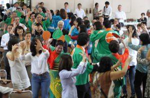長野県人会55周年式典で松本ぼんぼんを踊る会員ら(14年11月)