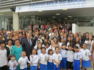新校舎落成を祝う式典参加者ら