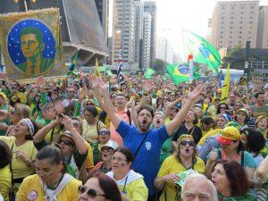 2016年7月31日、パウリスタ大通りの抗議行動で、群集が「モーロ、モーロ、モーロ!」と大合唱する様子