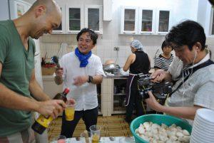 県人会青年部による芋煮のレシピを取材する陣内アナ