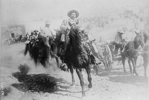 北部師団を指揮しているフランシスコ・ビジャ将軍で、その右側の馬車にいるのが野中金吾氏。1914年4月、トレオンを奪還したとき