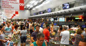 地域の店が閉まっているため、開いているスーパーに押しかけた買い物客(Tânia Rêgo/Agência Brasil)
