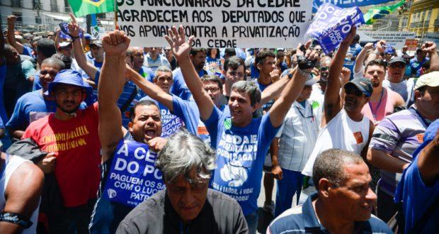Cedae民営化に抗議するデモ隊(Tomaz Silva/Agência Brasil)