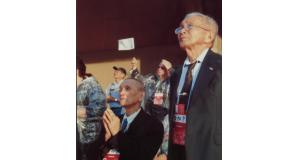 皇太子殿下の御前で直立不動の日高さん(右)(ブラジル日本移民資料館提供)