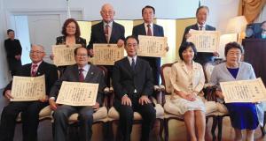 受賞者らと池田総領事(前列中央)