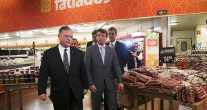 スーパーの食肉販売現場を視察したマッジ農相(José Cruz/Agência Brasil)