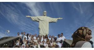 キリスト像の前に立つ、子供たち(Tânia Rêgo/Agência Brasil)