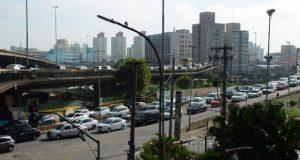 火災のため車線の一部が通行禁止となっているエヴァリスト・コマラッチ橋(画面後方の高架橋)と、迂回路として使われているグリセリオ橋(画面中ほど)、ゴヴェルナドール・ロベレルト・A・ソドレ橋(画面手前)、火災現場は東西線からラジアル・レステに入るエヴァリスト・コマラッチ橋の付け根部分、Rovena Rosa/Agência Brasil)
