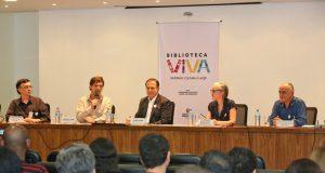 図書館に関する新しいプロジェクトを発表するドリア市長(右から2番目)やアンドレ・ストゥルン文化局長(左から2番目)(FABIO ARANTES/SECOM)