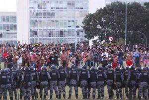 国会議事堂前で警察とにらみ合うブラジル先住民たち(Marcelo Camargo/Agência Brasil)