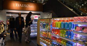 新店舗の内装。人気の弁当箱など、多彩な商品が並ぶ
