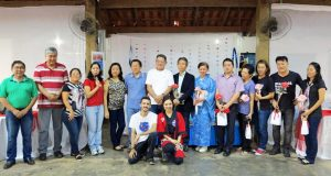日本祭りの最後に並んだ文協役員と主要スタッフ、来賓(マイクを持つのが玉田会長、右から7人目が後藤総領事)