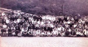 1954年5月20日、神戸移住斡旋所で移住する30家族一同が記念写真(『グヮポレ移民50年史』、トレーゼ・デ・セテンブロ文化協会、2003年)