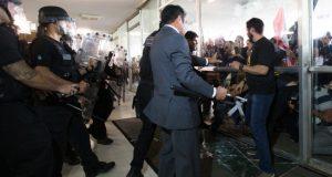 下院に侵入し、ガラスを破損した市警組合員たち(Lula Marques/AGPT)