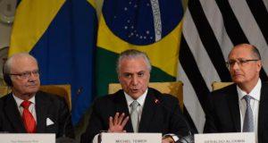 スウェーデン国王カール16世(左)とアウキミンサンパウロ州知事(右)の真ん中で演説するテメル大統領(Rovena Rosa/Agência Brasil)